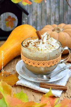 Pumpkin Spice Latte - Starbucks style, o cafea cu aromă intensă de dovleac, cremoasă și nemaipomenit de aromată. Un adevarat răsfăț pentru zilele de toamnă. Starbucks Pumpkin Spice Latte, National Holidays, Orange Recipes, Food Photo, Smoothie, Goodies, Thanksgiving, Ethnic Recipes, Desserts