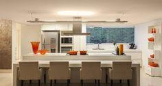 Cozinha e sala de jantar foram integradas para atender ao pedido de um casal sem filhos que adora cozinhar e receber amigos neste projeto da arquiteta Estela Netto, em Belo Horizonte. Somados, cozinha e sala tem 70 m² Foto: Daniel Mansur/Divulgação