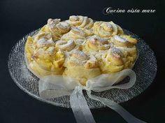 La torta delle rose: una morbida pasta brioche, tante delicate roselline farcite con una morbida crema pasticcera profumata alla vaniglia.