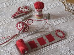 Note the combination pin cushion needle keep that rolls up. Boutique Mamilou Créations - Le Sac Jolie… - Pantoufle de… - Mamilou Créations -… - Mamilou - Le plaisir de creer et de partager Beautiful things here.