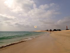 An der Praia de Chaves zwischen dem Club #Hotel #RiuKaramboa und dem #Iberostar #ClubBoaVista findet man bei einem Strandspaziergang diese alte Ziegelei. Weit zu erkennen ist der Schornstein. Am Wochenende wird dieser Strandabschnitt von Einheimischen besucht. Sie können diesen schönen Ort auch besuchen wenn Sie den passenden Urlaub buchen über www.BoaVistianer.de