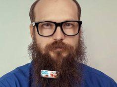 """Homem com anúncio em sua barba, fazendo """"beardvertising"""" da agência americana Cornett-IMS"""