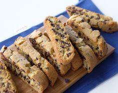 🥃CANTUCCI CON GOCCE DI CIOCCOLATO🥃, una variante dei tipici biscotti secchi e croccanti che solitamente hanno le mandorle nell'impasto. Come da tradizione, vengono serviti a fine pasto e si accompagnano ad un bicchiere di Vin Santo. I cantucci si conservano per diversi giorni in una scatola di latta o in sacchetti per alimenti😋. Biscotti, Banana Bread, Desserts, Food, Canning, Tailgate Desserts, Deserts, Essen, Postres