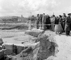 """Franco comproba el dany sofert pel Pont sobre el riu Ripoll, a Ripollet. ELs titulars de l'època esmentaren la """"gallardía del Caudillo jugándose la vida"""" en aquesta acció """"temerària"""