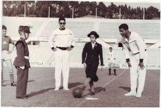 Pontape de um jogo de futebol entre IPE e CM 1956 / 1957 Maria Assunção Vieira aluna do IO