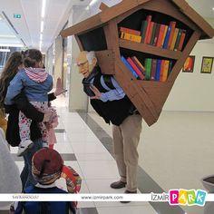"""İzmir Park'tan 1000 Kitap!  23 Nisan Ulusal Egemenlik ve Çocuk Bayramı'nın aynı zamanda """"Dünya Kitap Günü"""" olması dolayısıyla, bayram çoşkusunu İzmir Park'ın düzenlediği birbirinden eğlenceli etkinliklerle kutlayan çocuklarımıza kitap hediye edildi.  Çocuklar """"kütüphaneci amca""""dan aldıkları eserlerle bayram sevincini ikiye katladı."""