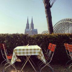 Biergarten und Kölner Dom / Beer garden and Cologne Cathedral, Köln / Cologne, Germany