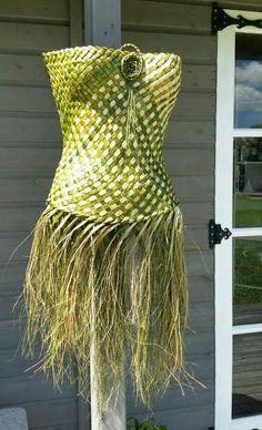 maori wedding traditions new zealand Flax Weaving, Weaving Art, Weaving Patterns, Basket Weaving, Hula, Tahitian Costumes, Maori Patterns, Flax Flowers, Cultural Crafts