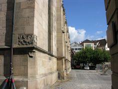 Verschwiegen und als Leseort sehr geeignet: der Platz hinter der Stiftskirche.