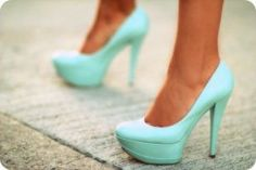 Tiffany blue shoes - I just love pumps that are solid and bright in color. You can wear any simple ensemble on top but once you pair it with awesome pumps like this it looks put together. Dream Shoes, Crazy Shoes, Me Too Shoes, Kardio Workout, Tiffany Blue Shoes, Tiffany Green, Mode Shoes, Blue Heels, Mint Heels