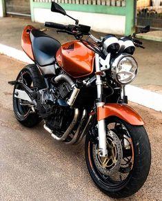 "Braapgrauu✊🏻🚀 no Instagram: ""Carburada que fala😍🚀 . . . . . . #hornet600 #hornetcarburada #hornet #hondahornet #hondahornet600 #honda #braapgrauu #hornetão #hornet_br…"" Super Bikes, Honda Hornet 600, Honda Sport Bikes, Custom Street Bikes, Ford Maverick, Motosport, Ford Mustang, Motorbikes, Naruto Shippuden Sasuke"