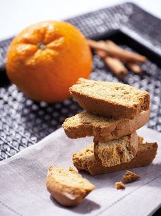 These biscuits are amazingly aromatic and crunchy! They combine orange juice and zest and a warm hint of cinnamon and clove to make irresistible goodies, perfect for your coffee or tea! Biscotti Cookies, Greek Recipes, Types Of Food, Cornbread, Biscuits, Goodies, Orange, Baking, Eat