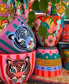Diy Home Crafts, Clay Crafts, Arts And Crafts, Painted Plant Pots, Painted Flower Pots, Pottery Painting Designs, Pottery Art, Decorated Flower Pots, Ideias Diy