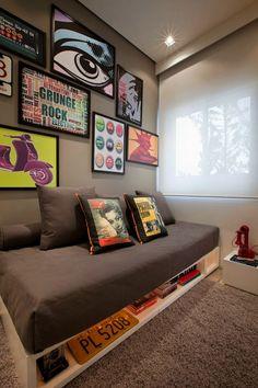A parede cinza criou um ambiente super aconchegante e estiloso nesse quarto.