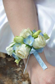 butonierka ślubna,bransoletka świadkowej, róża niebieska
