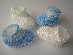 ki contendo 2 sapatilhas feitas a mao de croche. <br>1 na cor branca revestida com perolas. <br>1 na cor azul com detalhe em perolas. <br>material;linha 100% algodao. <br>tamanho;8 cm de solinha,para bebe de 0 a 2 meses. <br>para outros tamanhos entre em contato.