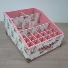PORTA MAQUIAGEM VINTAGE Cardboard Organizer, Cardboard Box Crafts, Diy And Crafts, Arts And Crafts, Decoupage Box, Diy Furniture, Jewelry Box, Manicure, Projects To Try