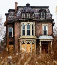 Love the architecture of this house! Architecture Old, Beautiful Architecture, Beautiful Buildings, Beautiful Homes, Beautiful Places, Classical Architecture, House Beautiful, Old Abandoned Houses, Abandoned Buildings