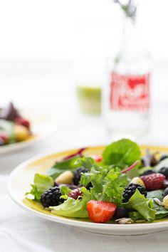 What a delicious salad! Spring Berry Salad with Lemon Verbena Vinaigrette Healthy Salad Recipes, Vegetarian Recipes, Vegan Vegetarian, Lemon Verbena Recipes, Vegetarian Picnic, Spring Mix Salad, Picnic Foods, Picnic Recipes, Picnic Ideas
