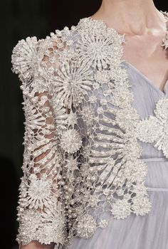 Lace /pearls jacket Oscar Carvallo Couture S/S 2013 Runway Details Dress Couture, Couture Fashion, Couture Details, Fashion Details, Tatting, Non Plus Ultra, Cooler Look, Lesage, Vestidos Vintage