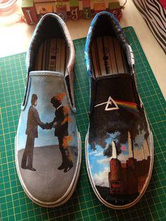 [ Mira que me gusta la música pero ¿zapatillas con portadas de disco?, pues no, no me convence la idea ]