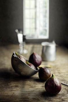 ispirazione per la presentazione dei cibi: colapasta in alluminio per presentare uva e fichi...