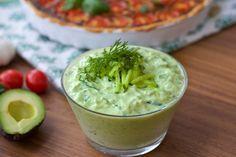 Om du gillar tzatsiki kommer du att älska detta recept. Oj så gott! Avokado och tzatsiki är en riktigt god kombination och såsen blir sådär härligt krämig och vackert limegrön. Lika god att servera som en dippsås, till grillat eller till salladen. Jag serverar den med en läcker tomatpaj. Recept på den hittar du HÄR! 1 liten skål avokadotzatsiki 2 mogna och mjuka avokado 3 dl turkisk yoghurt 1/2 gurka 1 vitlöksklyfta 1 lime 0,5 dl finhackad dill Salt & peppar Gör såhär: Använd riktig...