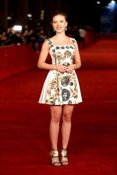 Scarlett Johansson en un look ecléctico de Dolce & Gabbana, colección #SS14. http://www.vogue.mx/galerias/las-mejor-vestidas-de-la-semana-37/2716/image/1149309