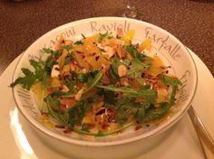 Salade betteraves jaunes en julienne, amandes rôties, roquette, relevée d'huile d'olive. C'est tout, c'est bon