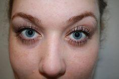 Step 1: Tag et tyndt lag mascara på. Helt tyndt. Det er bare lige for at markere din vippegrænse, så step 2 er nemmere.Step 2: Påfør flydende eyeliner. Det er fuldstændig ligemeget, hvor grimt det er - det meste ryger af igen. Det vigtigste er, at du får de....