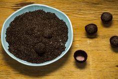 Essa receita de brigadeiro é diferente. O chocolate amargo equilibra a doçura do leite condensado – e se você usar a dica do batedor de arame, no final da receita, vai ter um docinho mais cremoso. Para finalizar, invista em um granulado de boa qualidade, isso faz toda a diferença.