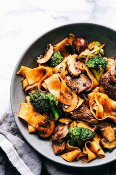 Garlic Beef and Broccoli Noodles #beefrecipes #meltinyourmouthrecipes #garlicsauce #hoisinsauce #mushrooms #ricenoodlesrecipes