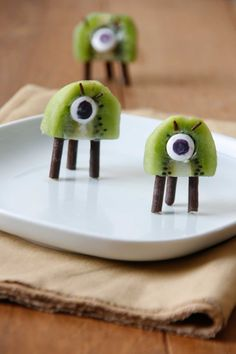 Kiwi and chocolate martians by Adorable monster snack for kids birthday or everyday treat! Food Art For Kids, Fun Snacks For Kids, Cooking With Kids, Toddler Meals, Kids Meals, Cute Food, Good Food, Funny Food, Food For Thought