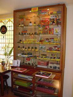 Mooi gevulde vitrine met Dinky Toys