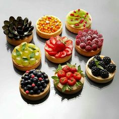 how to decorate this French dessert with fresh fruits. Perfect for spring and summer!for how to decorate this French dessert with fresh fruits. Perfect for spring and summer! Just Desserts, Delicious Desserts, Dessert Recipes, Yummy Food, Yummy Lunch, Do It Yourself Food, Decoration Patisserie, Cupcakes, Mini Cakes