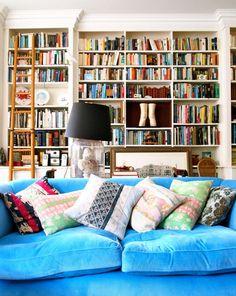 Sala colorida e cheia de livros
