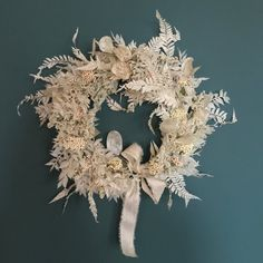 Fresh Wreath, Dried Flower Wreaths, Dried Flowers, Cute Crafts, Decor Crafts, Christmas Wreaths, Christmas Decorations, Indoor Wreath, Wooden Embroidery Hoops