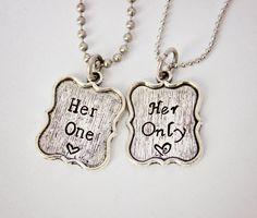 Uno, ella sólo - el Original - mano par estampado collar conjunto - joyas para LGBT - gran regalo para lesbianas parejas