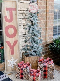 Christmas front porch decorations for a festive look! These Christmas front porch ideas are perfect to add those festive touches to your home this year! Your porch doesn't have to be huge to make a big impact! Christmas Front Doors, Christmas Door Decorations, Christmas Porch, Thanksgiving Decorations, Seasonal Decor, Christmas Time, Front Porch Ideas For Christmas, Christmas Ideas, Outdoor Christmas