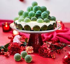 Kahvipöytä ei juuri kaipaa koristelua, kun gluteeniton Vihreä kuula -kakku kannetaan esiin.