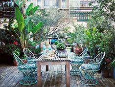 En su nuevo piso señorial de Barcelona, Lázaro Rosa-Violán deja claro que es un gran creador de atmósferas fusionando estilos con maestría. En su preciosa terraza, sobre el suelo de madera en contraste con el hidráulico del interior, butacas Quarantine de Lobster's day, mesa de Piet Boon y cerámicas de Svenskt Tenn.