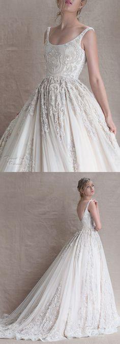 Vestido de noiva no estilo princesa, com aplicação de rendas, decote profundo nas costas, alças estreitas e cintura marcada.