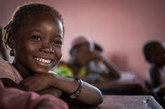 UNICEF seuraa muun muassa lasten osallistumista koulunkäyntiin. Tämä tyttö käy koulua Malin maaseudulla sijaitsevassa Bladierin kylässä läntisellä Koulikoron alueella