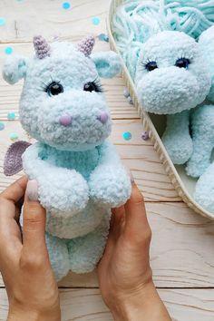 Crochet Bee, Kawaii Crochet, Crochet Dragon, Cute Crochet, Crochet For Kids, Crochet Crafts, Crochet Projects, Plushie Patterns, Crochet Animal Patterns