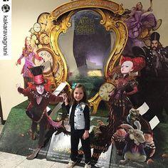 Repost @kakaravagnani ! Olha que linda (e fofa) a filha dessa cliente super especial usando #coleteria na estreia do filme da Alice através do espelho!! Nós amamos! ❤️ #semprecoleteria♡ #Coleteria #coletejeans #coleteinfantil #ootd #lookdodia  www.coleteria.com.br