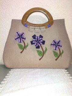 Bolsos de fieltro Felt Crafts, Diy Crafts, Craft Bags, Patchwork Bags, Sofa Pillows, Clutch Purse, Tote Handbags, Bag Making, Sewing Projects
