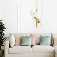 Han lámpara de techo / Iluminación con mucho estilo.  Han es una lámpara de techo fabricada en hierro en color oro, está formada por un conjunto de siete esferas de distinto tamaño de vidrio blanco. Perfecta para completar tus estancias y aportar un toque de elegancia y estilo. Atrévete a decorar con ella, ¡te encantará el resultado!  *Bombillas no incluidas. Condo Living Room, Home And Living, Tropical Wallpaper, 139, Grey Chair, Wall Wallpaper, Space Saving, Wall Murals, Love Seat