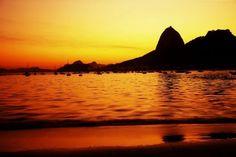 O Rio de Janeiro é mais do que conhecido mundialmente por sua beleza, mas quando a natureza complementa com um pôr-do-sol dos deuses fica impossível deixar a cidade de fora da lista