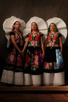 Inside Oaxaca – Love of color Mexican Traditional Clothing, Traditional Dresses, Mexican Costume, Folk Costume, Mexican Art, Mexican Style, Mexican People, Guatemala, Mexican Heritage