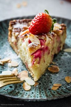A fine and quick recipe for rhubarb and strawberry yoghurt cakes with flaked almonds - Kuchen Rhubarb Recipes, Strawberry Recipes, Canned Blueberries, Scones Ingredients, Vegan Blueberry, Cheesecake, Vegan Butter, Quick Recipes, Chocolate Desserts